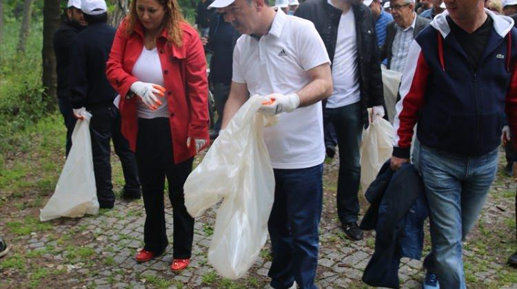Edirne'de kent ormanında çöp toplama çalışması