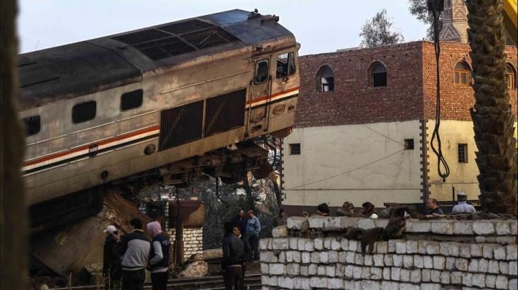 Tren vagonları devrildi: 5 kişi öldü