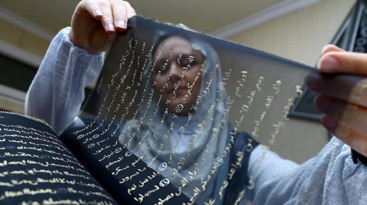 Kur'an-ı Kerim'i ipek sayfalara yazdı