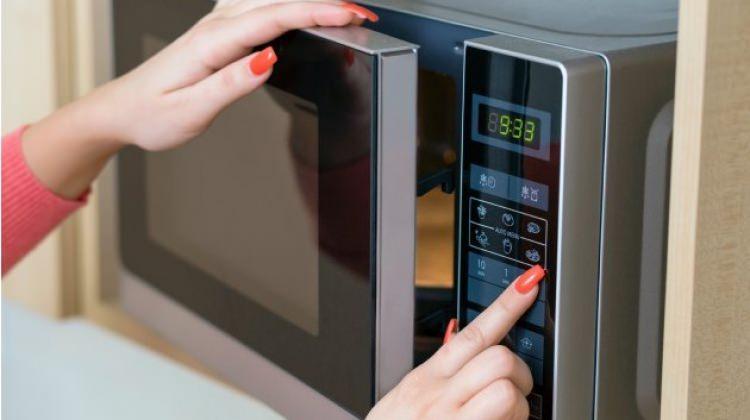 Mikrodalga fırın kurutmadan nasıl pişirir?