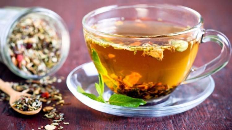 Bitki çayını demlerken kaynar su dökerseniz...