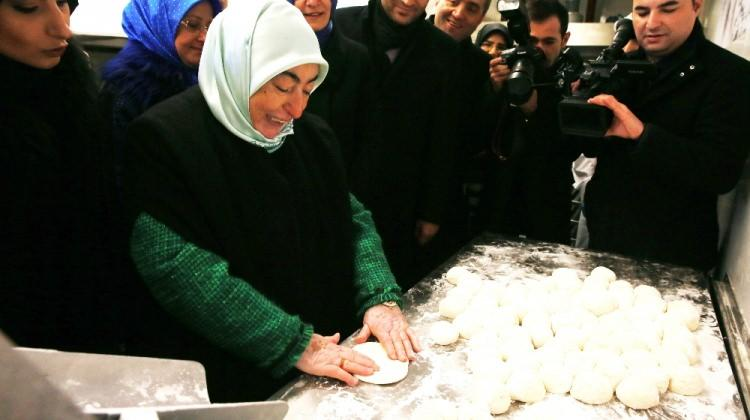 Semiha Yıldırım mobil fırında ekmek yaptı
