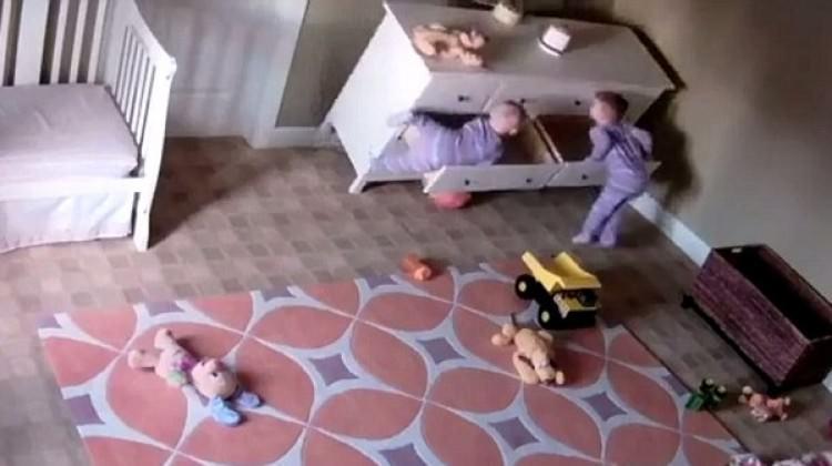 Kardeşini şifonyerin altından kurtardı!