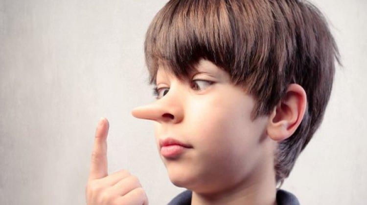Küçük yaşta yalan söyleyenler eşlerini aldatıyor!