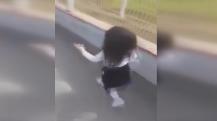 Minik kızın sevimli isyanı: Bıktım bu okuldan!