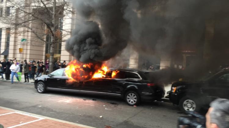 Trump karşıtı eylemciler limuzini ateşe verdi
