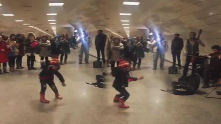 Metroda müzisyenlerle çocuğun oyunu rekor kırıyor