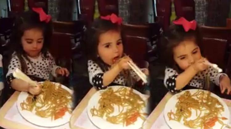 Küçük hanımefendiden çubuklarla makarna yeme dersi