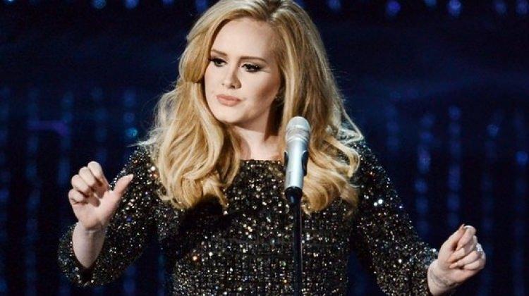 Adele mutlu haberi konserinde verdi