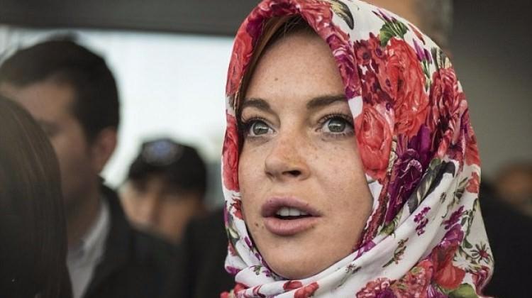 Lindsay Lohan sığınmacılar için eşarp tasarladı