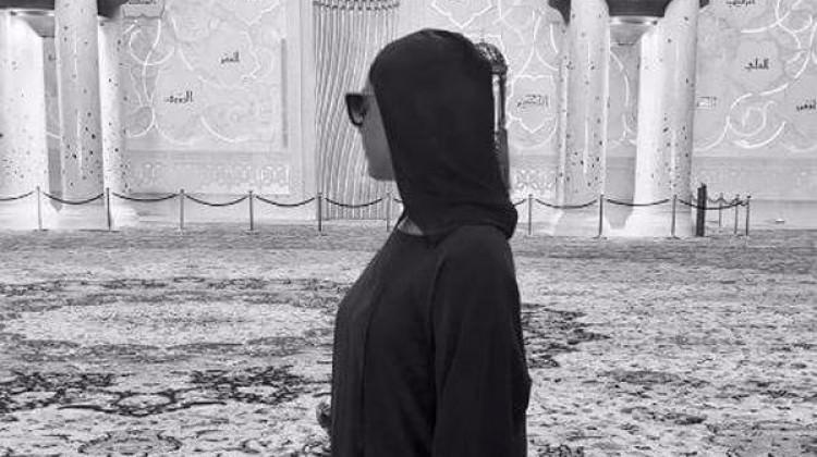 Hadise Dubai tatilinde camiyi ziyaret etti