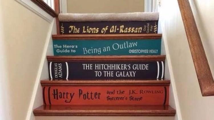 Dekoratif kitaplık merdivenler
