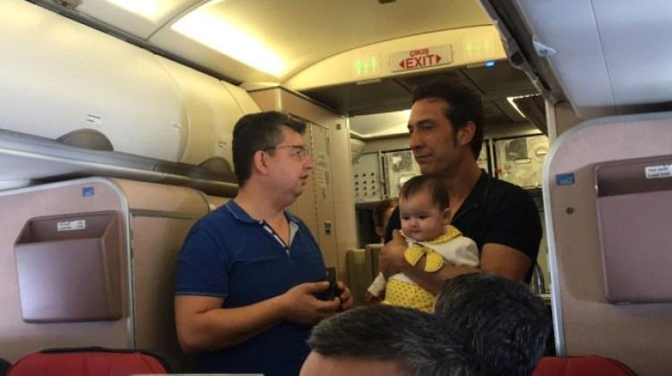 Kıraç uçakta küçük bebeği gezdirdi