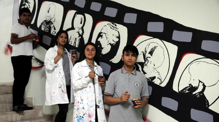 Osmanlı'yı okulun koridorlarına çizdikleri resimlerle tanıtacaklar