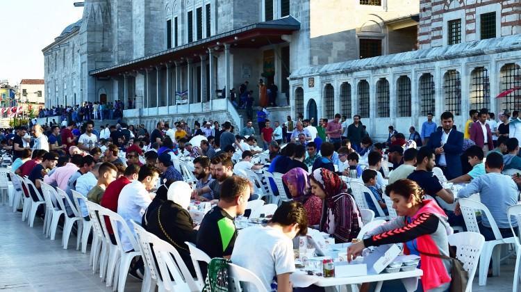 Fatih Camii'nde bayram namazı sonrası kahvaltı