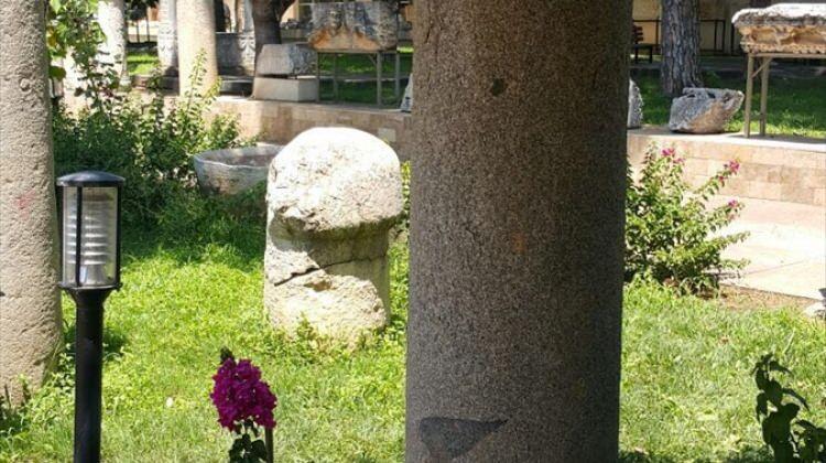 Roma dönemine ait sütunların konağın önüne konulması