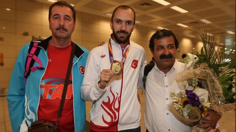 Dünya şampiyonu yurda döndü
