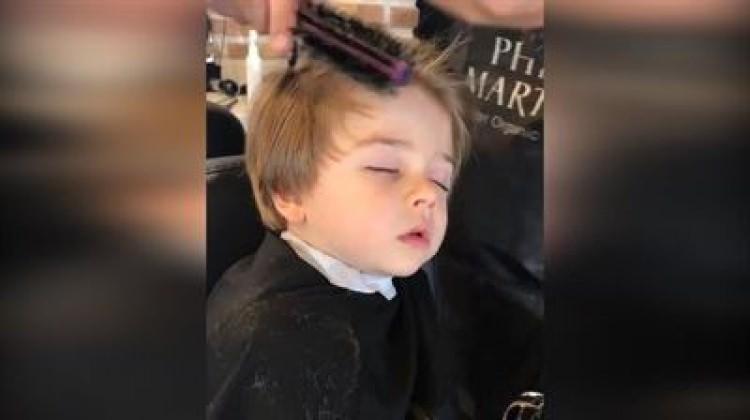 Kuaförde uykuya yenik düşen sevimli çocuk