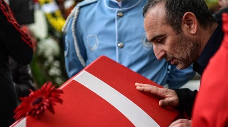 Türk bayrağını öptü diye görevinden aldılar!