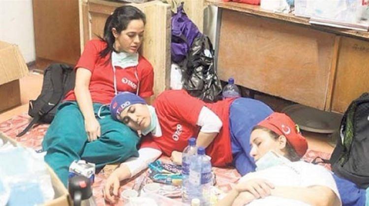 Afrika'da Türk doktorlar yorgunluktan bayıldı