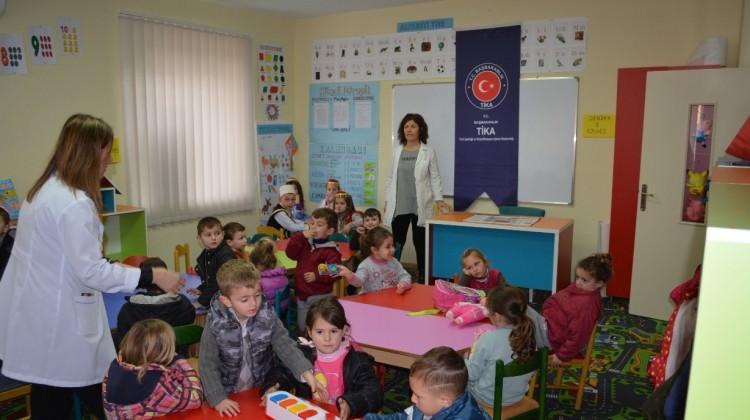 TİKA'dan Arnavut çocuklarına kıymetli hediye