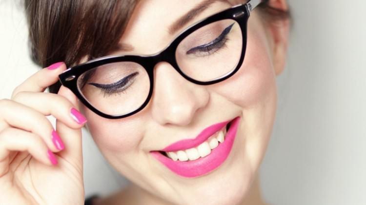 Gözlük takan kadınlar için makyaj önerileri
