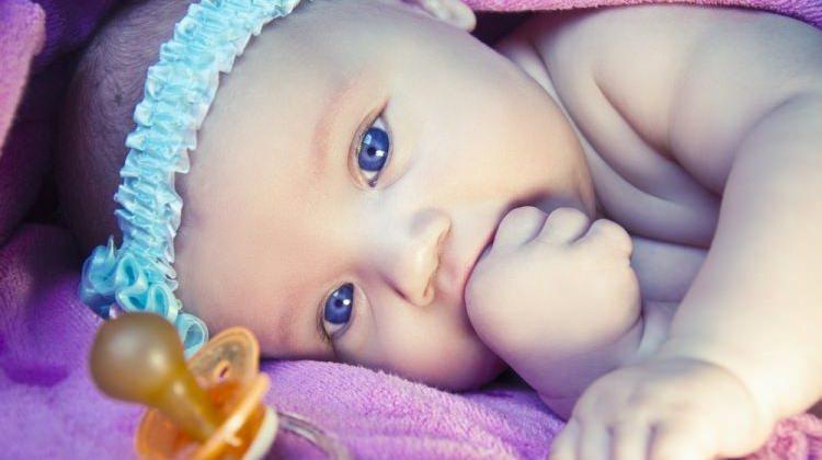 Bebekler için en iyi 10 emzik markası