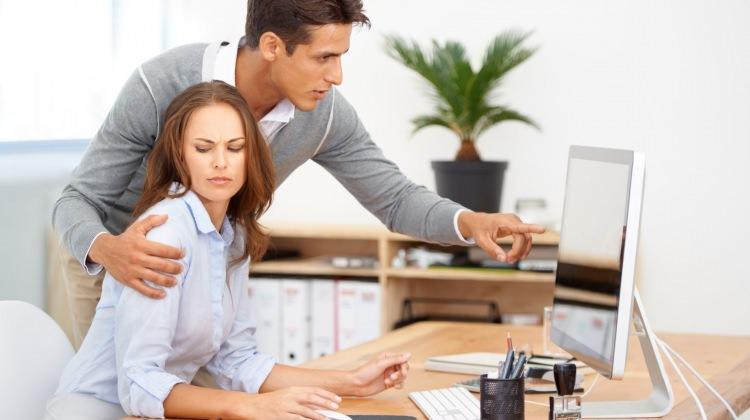 İş yerinden tacize uğrayan kadın ne yapmalı?