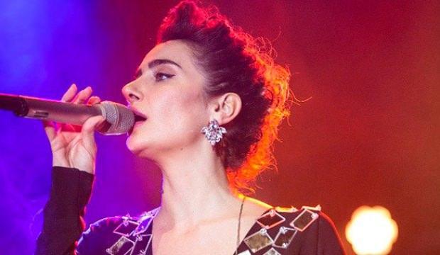 Şarkıcı Sıla ağlayarak konser verdi!