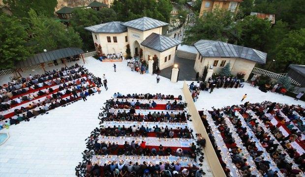 Somuncu Baba Külliyesi'nde 3 bin kişiye iftar