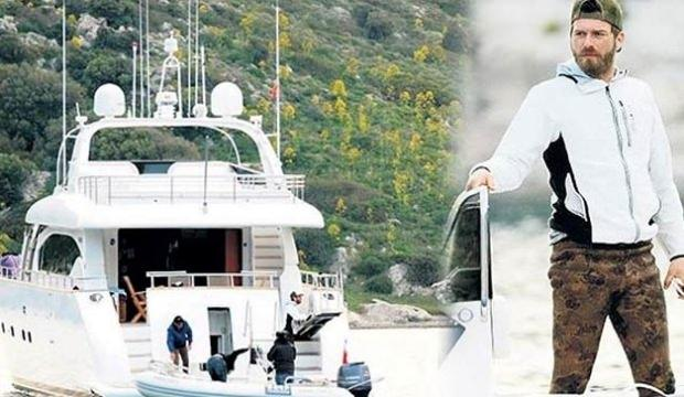 Kıvanç Tatlıtuğ teknede senaryo çalışıyor