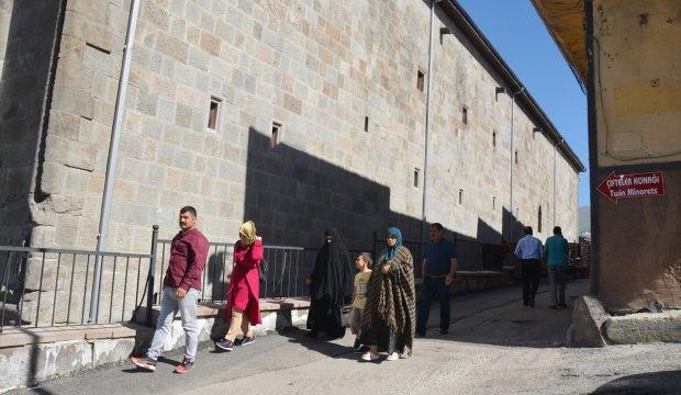 Çifte Minareli Medrese'de hafta sonu yoğunluğu