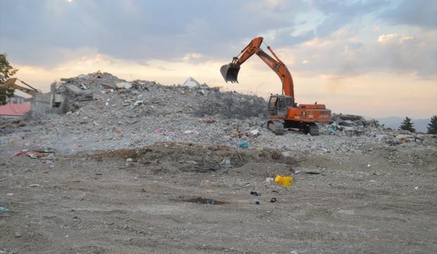 Eski belediye binasının yıkımı tamamlandı