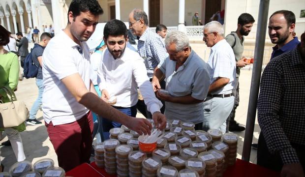 AK Parti'li Jülide Sarıeroğlu'ndan aşure ikramı