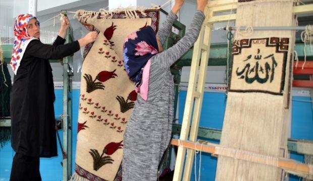 Kadınlar ADEM'de hediyelik ürünler üretiyor