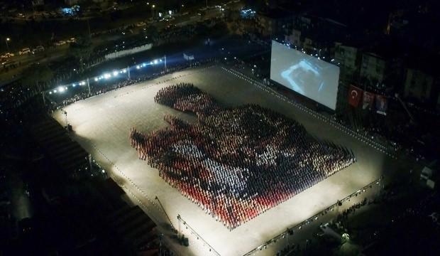İzmir'de binlerce kişi aynı anda zeybek oynadı