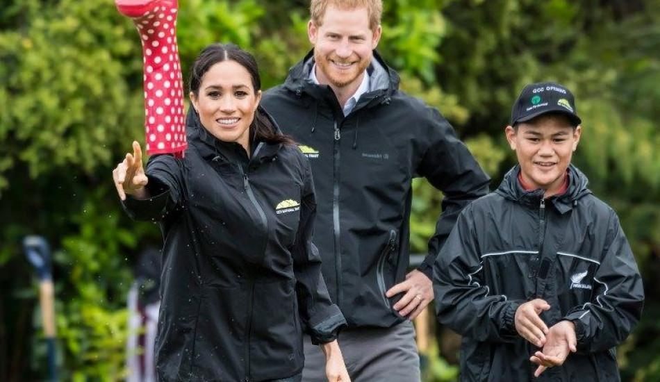 Meghan Markle ve Prens Harry çizme atma yarışı yaptı