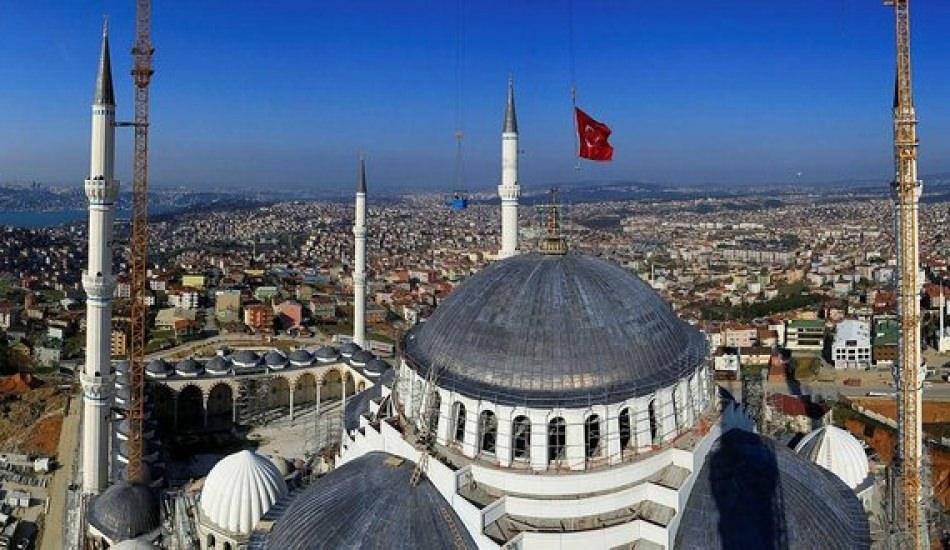 Çamlıca Cami'nin halıları serildi