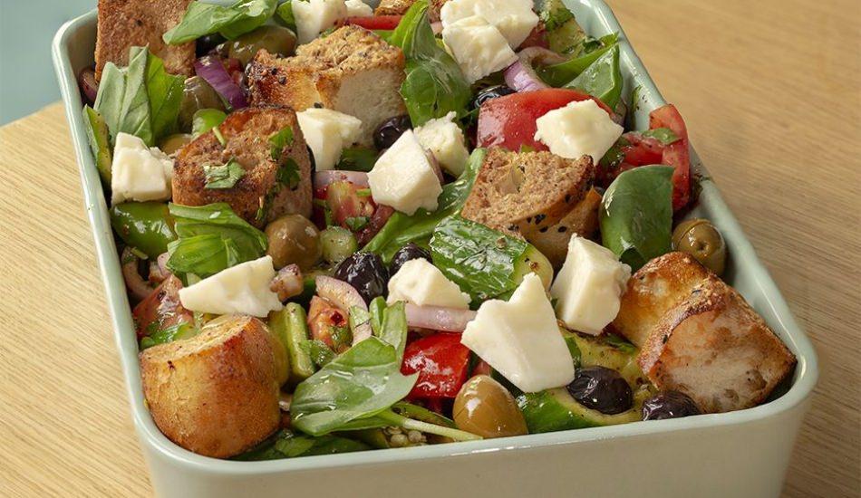 Pideli sumak soslu yeşil salata nasıl yapılır?