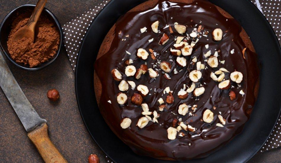 Pratik çikolata soslu fındıklı kek tarifi