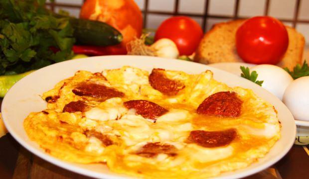 Kolay ve lezzetli sucuklu omlet tarifi