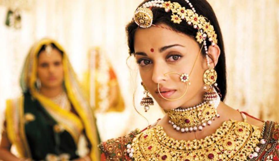 Bollywood yıldızı 22 metre gelinlik giydi!