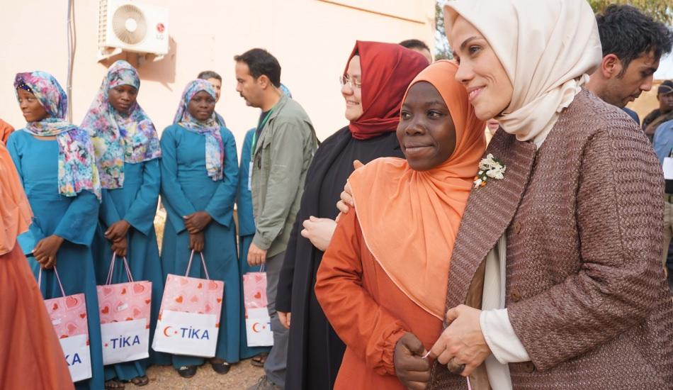 Esra Albayrak TİKA'nın Burkina Faso'ya yaptığı gıda yardımına katıldı