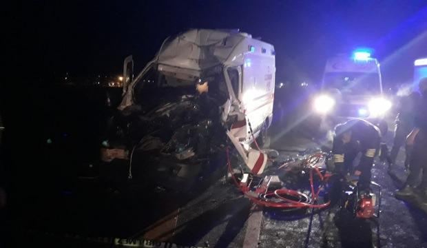 Ambulans TIR'a çarptı: 3 sağlıkçı yaralı
