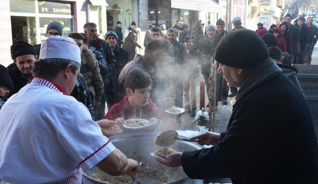 """Tarihi camide """"pilav ikramı"""" geleneği"""