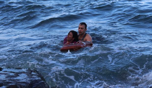 Denize atlayan hemşireyi, tim komutanı kurtardı