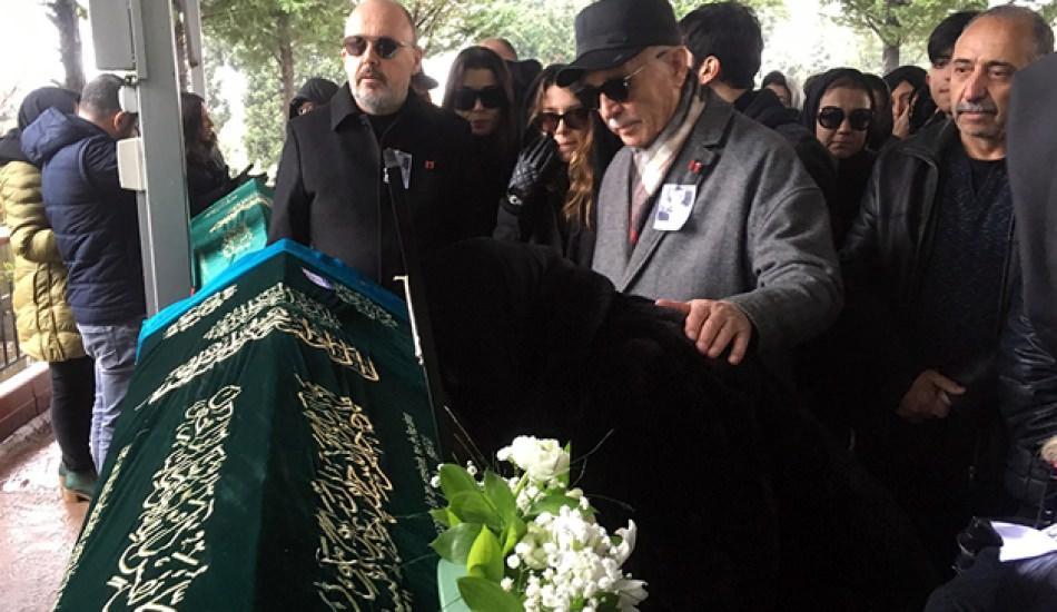 Hande Erçel'in annesinin cenazesinde yürek burkan görüntü