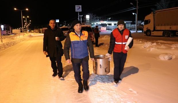AFAD ile Türk Kızılayı yolda kalanlara çorba ve kumanya dağıttı