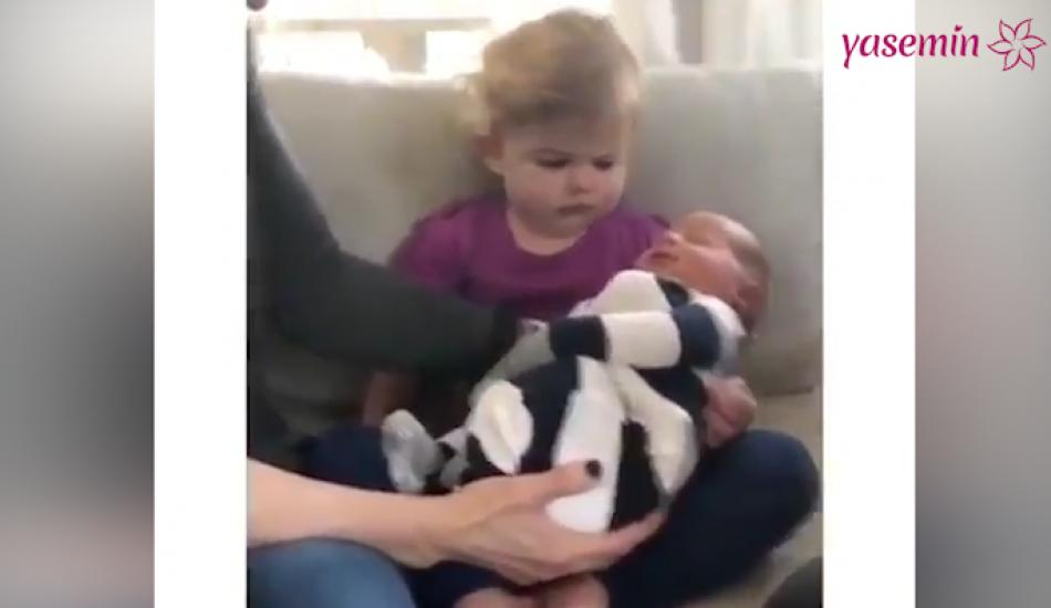 Yeni doğan kardeşini sıcak karşılamayan çocuk!