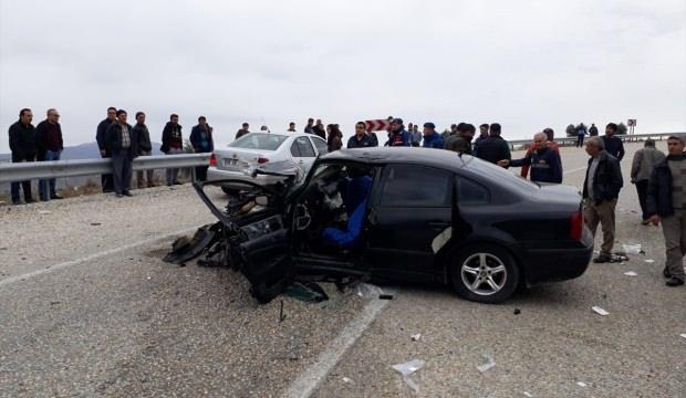 Manisa'da işçi servisiyle otomobil çarpıştı: 1 ölü, 18 yaralı